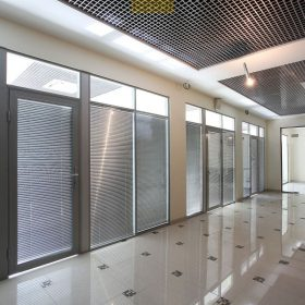 Офисные перегородки из алюминиевого профиля с жалюзи