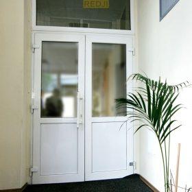 Пластиковые офисные двери