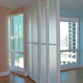 Раздвижные перегородки в квартире студии